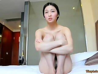 Super søt og sjenert kinesisk skolejente knullet hotell på kamera