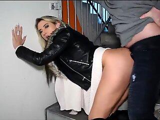 Διαθιά γ διαίδα σε ένα μαύρορη γούνα στολισμένο σακάκι σεξ