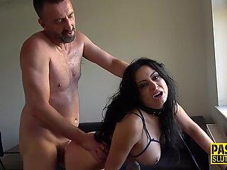 大胸脯绑缚与调教妓女钉和喉咙